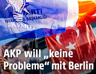Flaggen der AKP und Türkei