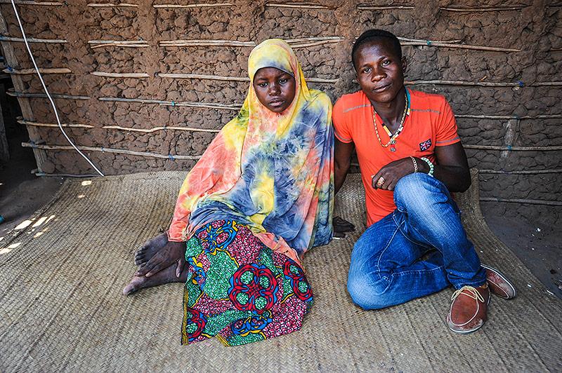 Junge malawische Frau mit Ehemann