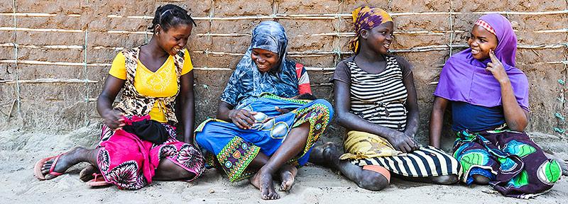 Vier junge malawische Frauen