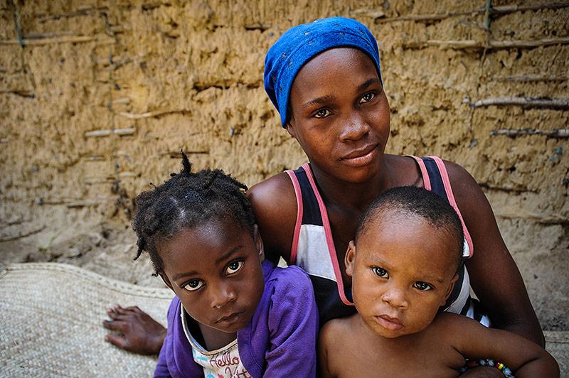 Junge malawische frau mit zwei Kindern