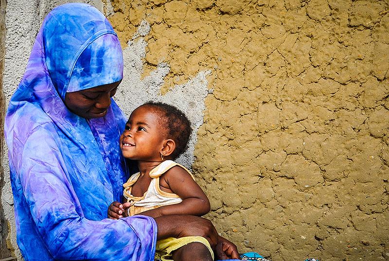 Junge malawische Frau mit Kind