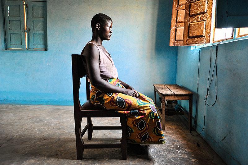 Junge malawische Frau sitzt auf einem Sessel