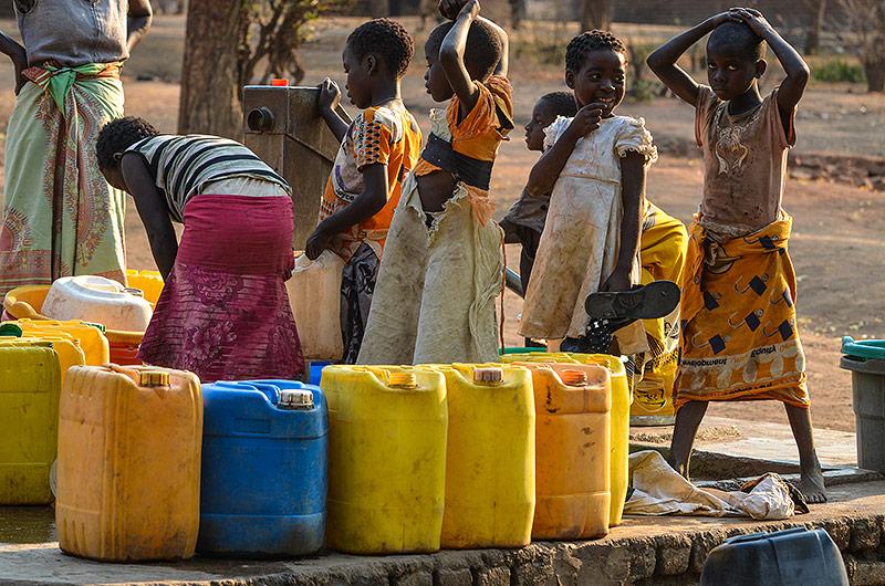 Malawische Kinder bei einer Wasserstelle