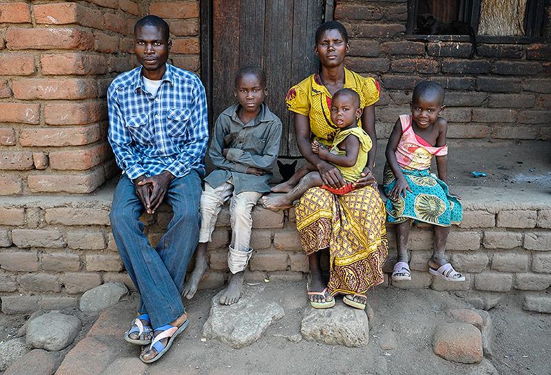 Junge malawische Familie mit drei Kindern