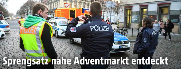 Polizisten vor dem abgesperrten Adventmarkt in Postdam
