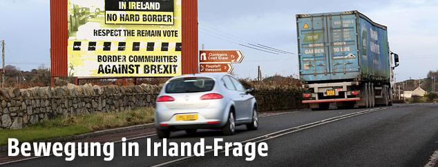 Fahrzeuge an Grenze zu Irland