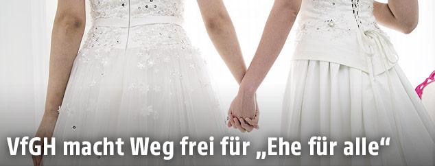 Zwei Frauen in Hochzeitskleidern