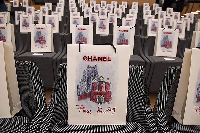 Taschen mit kleinen Geschenken stehen auf den Sitzen der Zuschauer