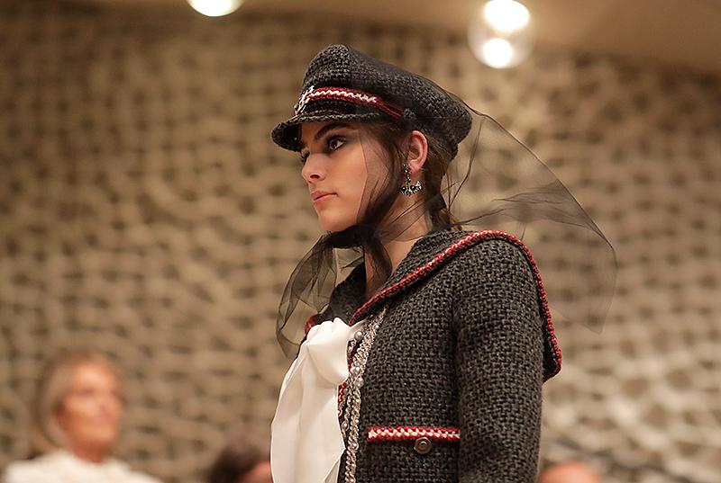 Ein Model präsentiert eine Kreation von Lagerfeld