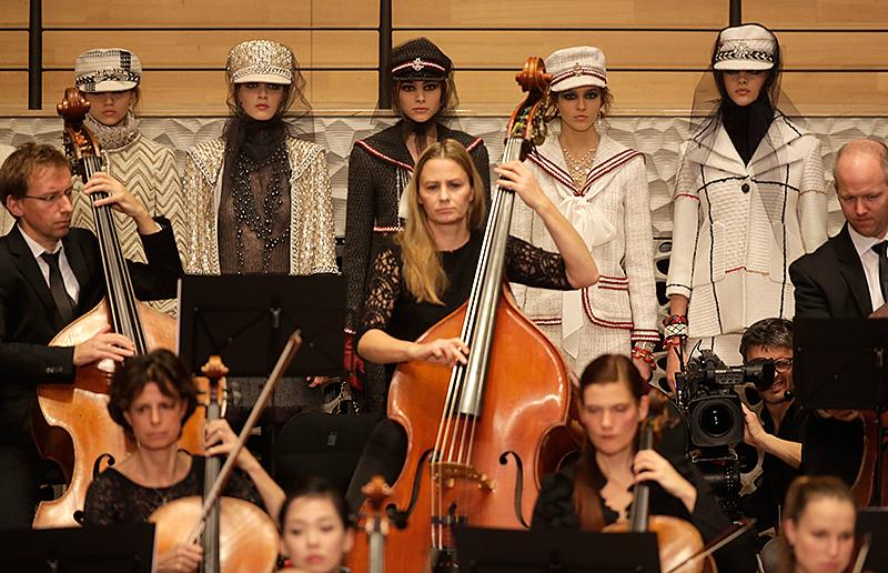 Models stehen hinter dem Orchester der Elbphilharmonie