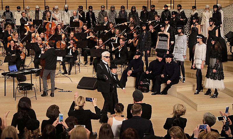 Karl Lagerfeld inmitten des Orchesters und der Models in der Elbphilharmonie