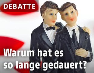 Zwei männliche Hochzeitstortenfiguren