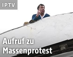 Georgischer Ex-Präsident und ukrainischer Oppositionellen Micheil Saakaschwili auf einem Hausdach