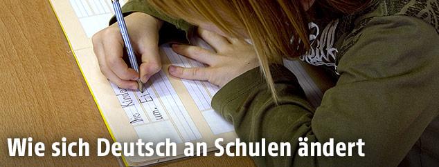 Volksschulkind bei einer Deutschaufgabe