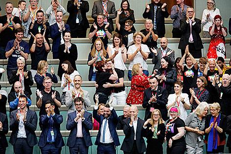 Parlamentarier im australischen Parlament applaudieren