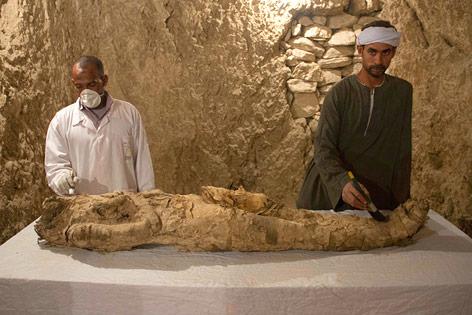 Mumie bei Ausgrabung
