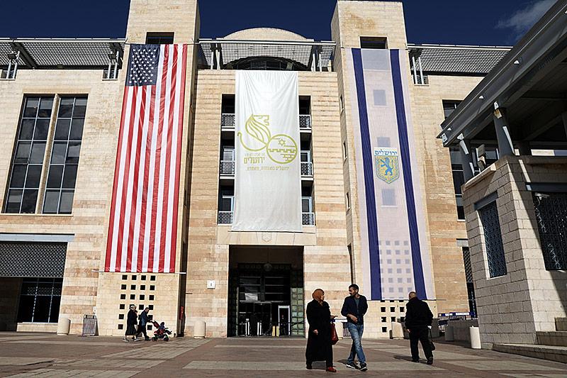 Die US-Flagge am Rathaus von Israel