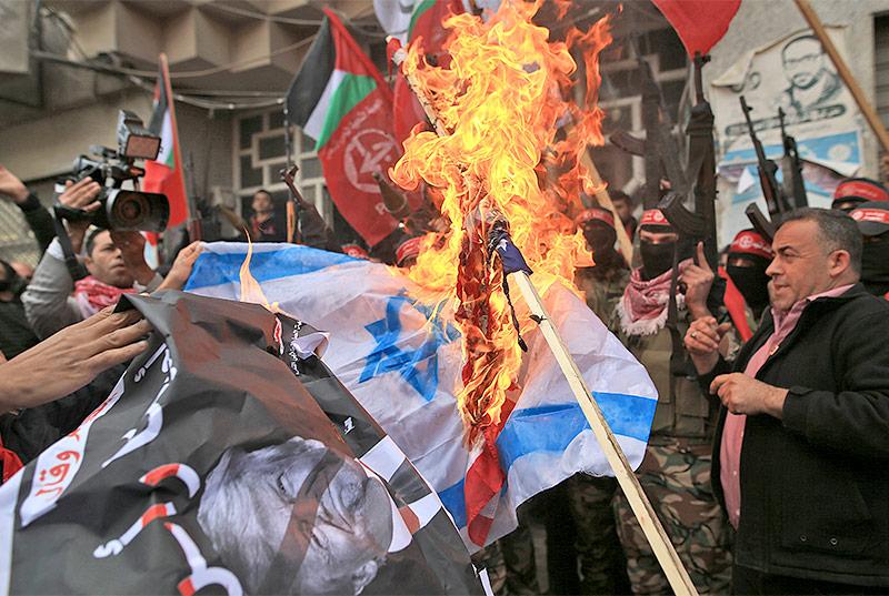 Brennende USA- und Israel-Flaggen in Gaza Stadt