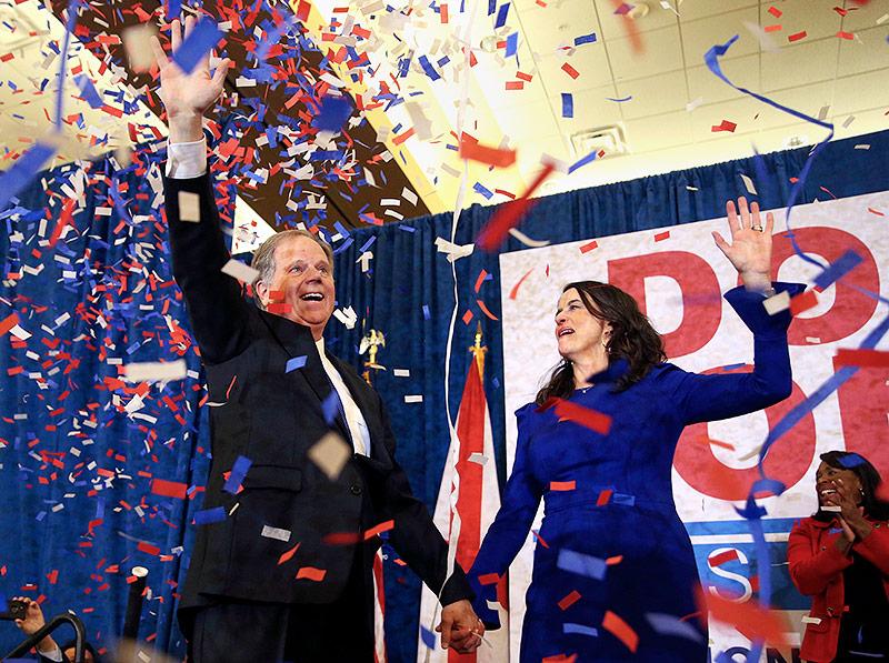Doug Jones mit seiner Frau Louise im Confetti-Regen