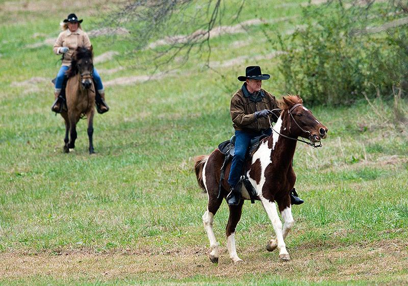 Der republikanische Kandidat Roy Moore und seine Frau Kayla Moore reiten auf dem Pferd zur Wahl