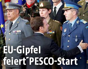Emmanuel Macron mit europäischen Armeeangehörigen
