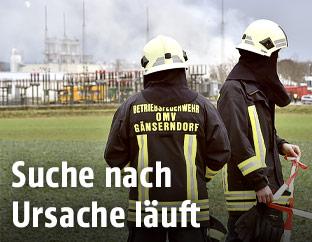Feuerwehrmänner vor der Gasstation