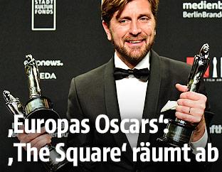 Der schwedische Regisseur Ruben Ostlund mit drei Trophäen