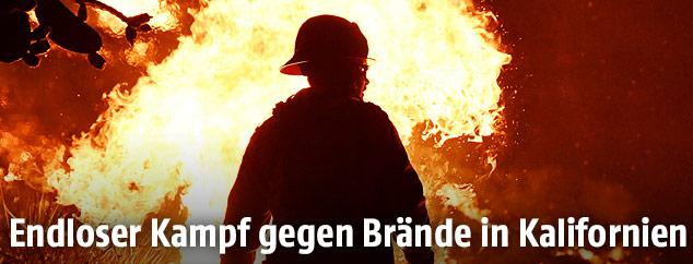 Feuerwehrmann vor Flammen