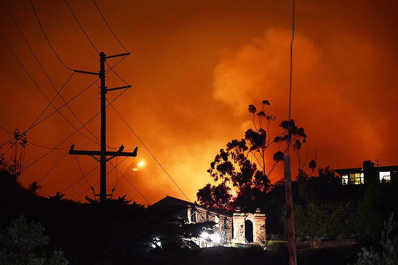 Feuerroter Himmel über Haus