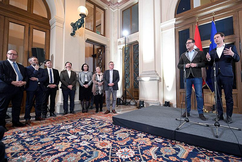 Sebastian Kurz (ÖVP), Heinz Christian Strache (FPÖ) und die Verhandlungsteams