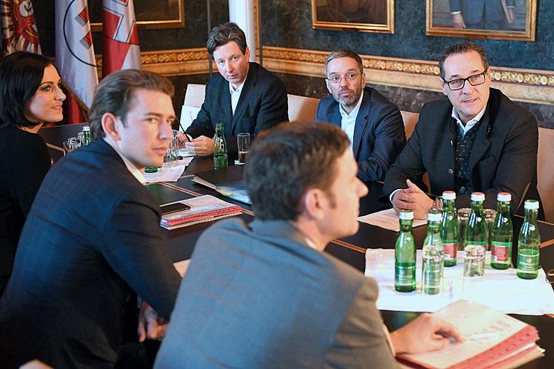 Elisabeth Köstinger, ÖVP- Bundesparteiobmann Sebastian Kurz, Norbert Nemeth, Sreafn Steiner, Herbert Kickl und FPÖ-Bundesparteiobmann Heinz-Christian Strache