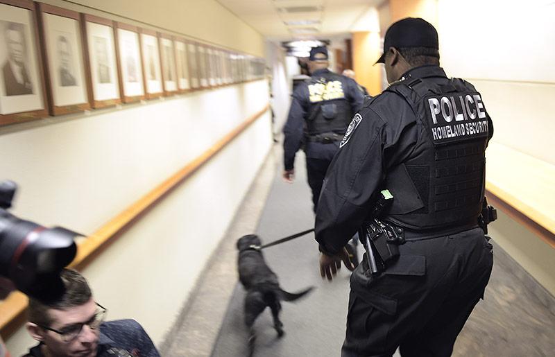 Polizisten mit Hunden