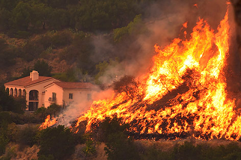 Feuersbrunst vor einem Wohnhaus