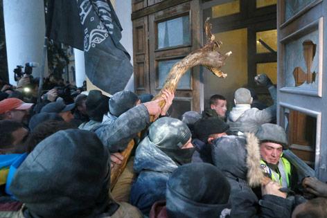 Demonstranten stürmen Gebäude