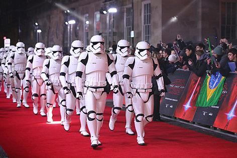 Stormtroopers während der Premiere von Star Wars in London