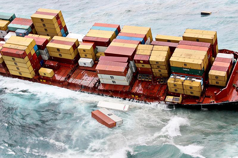 Container im Meer neben dem havarierten Schiff Rena