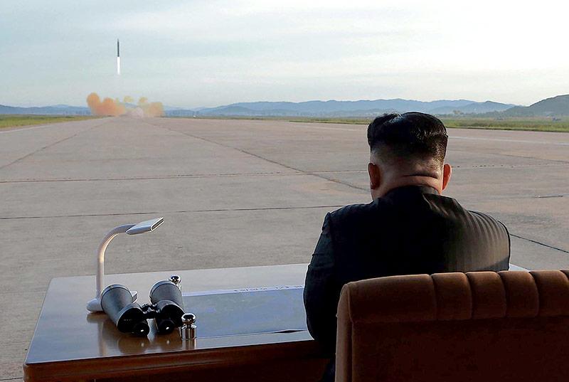 Kim Jong Un beobachtet einen Raketenstart