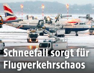 Flugzeug der British Airways im Schnee auf dem Flughafen Düsseldorf
