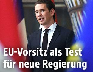 Bundeskanzler Sebastian Kurz vor einer Eu- und einer Österreichfahne