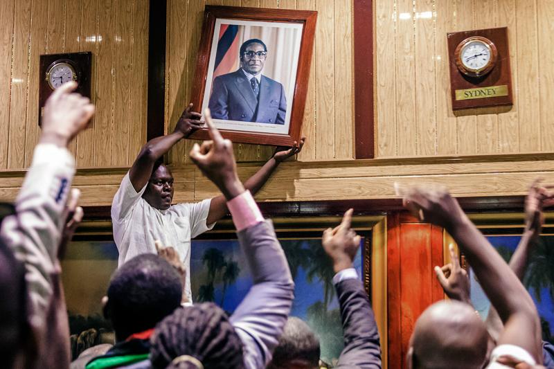 Robert-Mugabe-Portrait wird entfernt