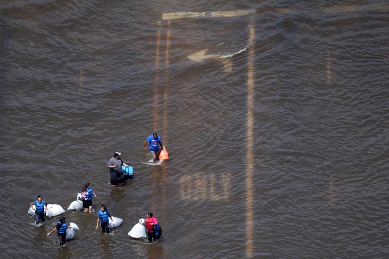 Menschen flüchten vor Überschwemmungen