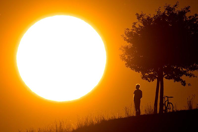 Silhouette eines Mannes mit Sonne im Hintergrund