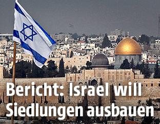 Fahne über israelischer Siedlung