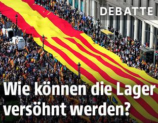 Riesige zusammengenähte Spanien- und Katalonienfahne