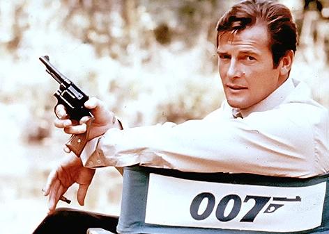 Archivbild des britischen Schauspielers Roger Moore in seiner Rolle als James Bond