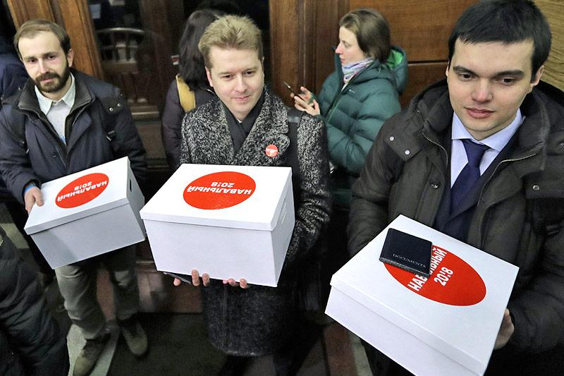 Anhänger des russischen Oppositionspolitikers Alexej Nawalny mit Kartonboxen