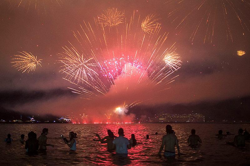Feuerwerk am Strand von Rio