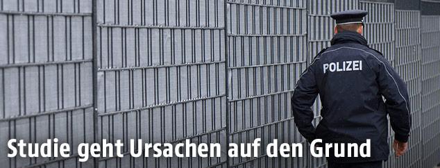 Polizist vor einem deutschen Gefängnis