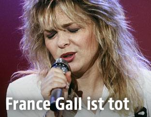 Archivbild aus den 80er Jahren zeigt die französische Sängerin France Gall singend während eines Fernsehauftritts