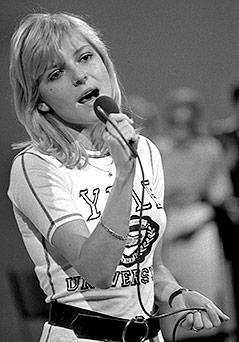 Archivbild aus den 70er Jahren zeigt die französische Sängerin France Gall singend